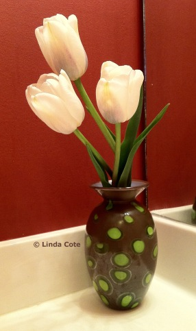 Flower vase by Nicole Tremblay with fresh spring tulips (www.nicoletremblayblownglass.ca).