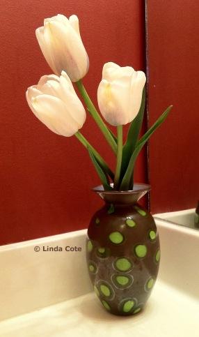 Flower vase by Nicole Tremblay with fresh spring tulips (www.nicoletremblayblownglass.ca).